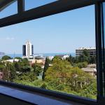 Безрамное раздвижное остекление балкона в Ялте